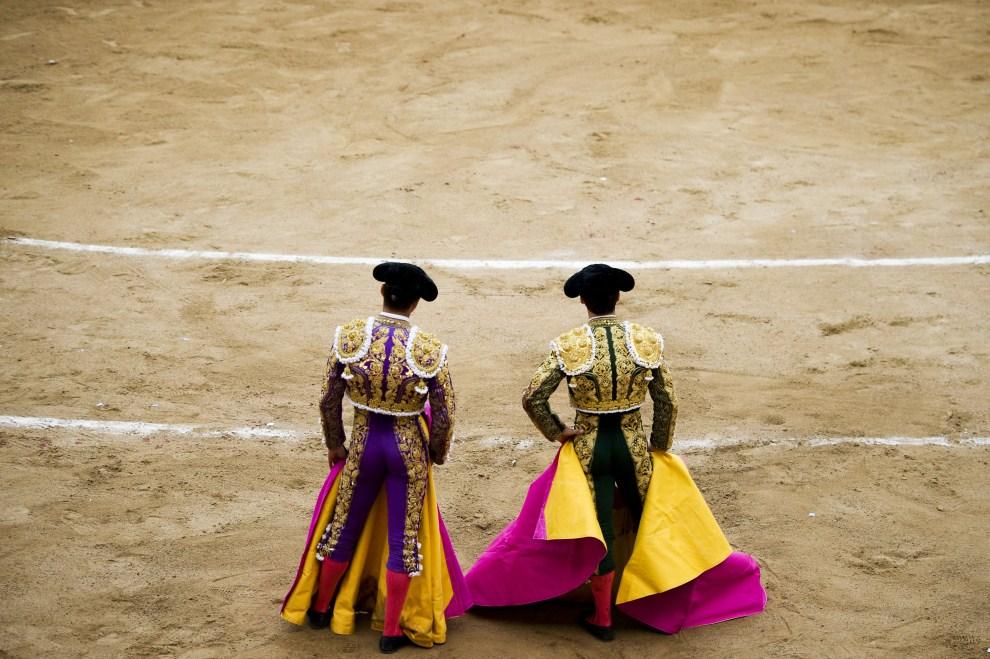 2. HISZPANIA, Barcelona, 10 lipca 2011: Jose Manzanares (po lewej) i Julian Lopez 'El Juli' (po prawej) przed rozpoczęciem drugiej walki z bykiem. (Foto: David Ramos/Getty   Images)