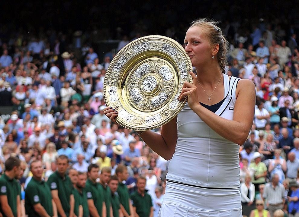 30. WIELKA BRYTANIA, Londyn, 2 lipca 2011: Petra Kvitova całuje zdobyte w finale trofeum .AFP PHOTO / CARL DE SOUZA