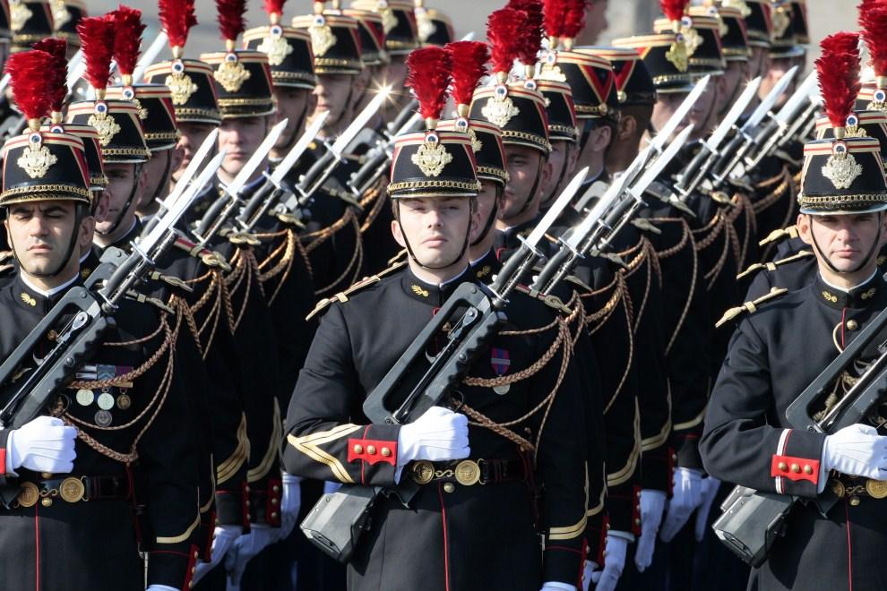 30. FRANCJA, Paryż, 14 lipca 2011: Oddział piechoty przed rozpoczęciem defilady na Polach Elizejskich. AFP PHOTO JACQUES DEMARTHON