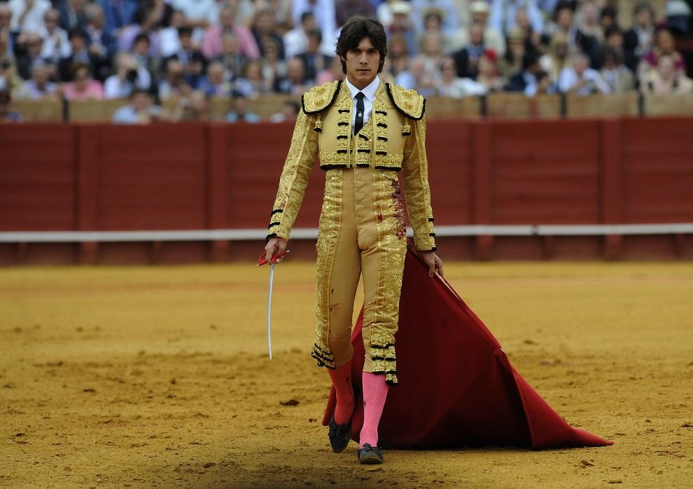 30. HISZPANIA, Sewilla, 6 maja 2011: Matador Sebastian Castella schodzi z areny. AFP PHOTO/ CRISTINA QUICLER