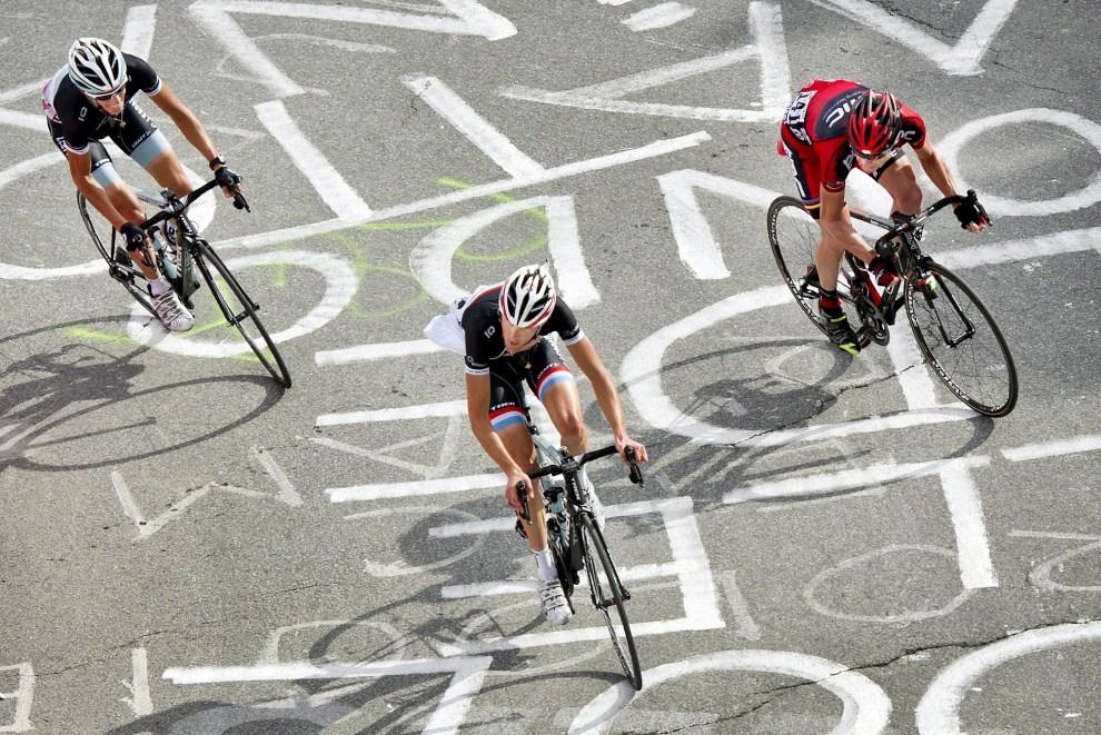 30. FRANCJA, Alpe-d'Huez, 22 lipca 2011: Andy Schleck (po lewej),Frank Schleck (w środku) i Cadel Evans na trasie dziewiętnastego etapu. EPA/KOEN VAN WEEL Dostawca: PAP/EPA.