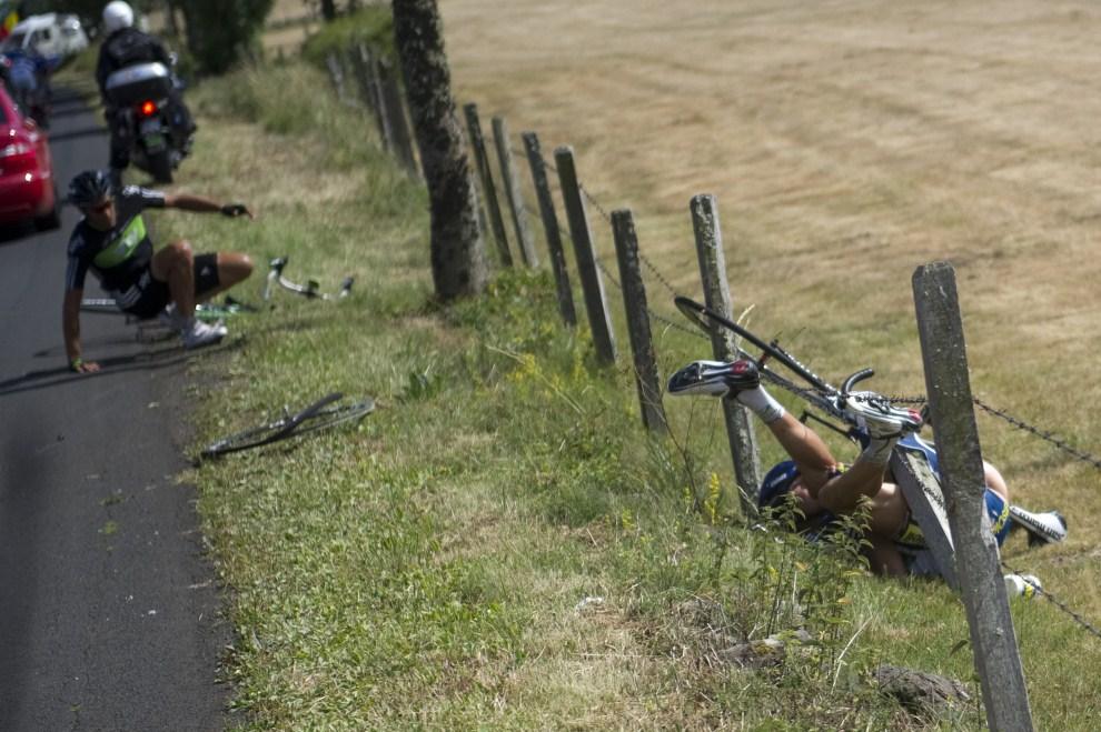 31. FRANCJA, Saint-Flour, 10 lipca 2011: Johnny Hoogerland (po prawej) upada na ogrodzenie z drutu kolczastego. AFP PHOTO / LIONEL BONAVENTURE