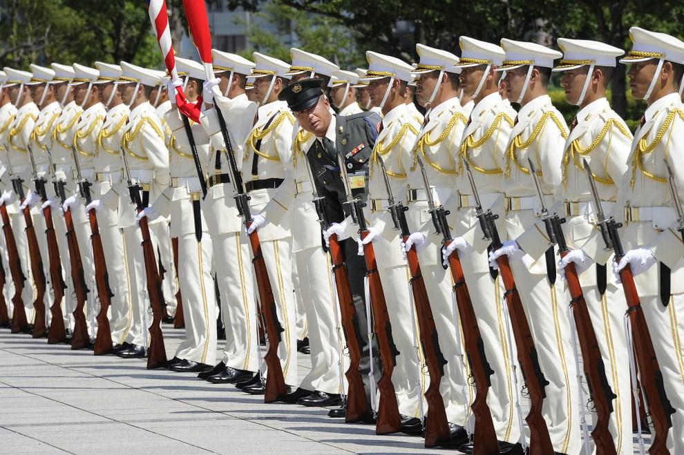 31. JAPONIA, Tokio, 15 lipca 2011: Japoński oficer sprawdza ustawienie żołnierzy przed powitaniem  Mike'a Mullena - Przewodniczącego Kolegium Połączonych Szefów Sztabów. AFP PHOTO/Toru YAMANAKA