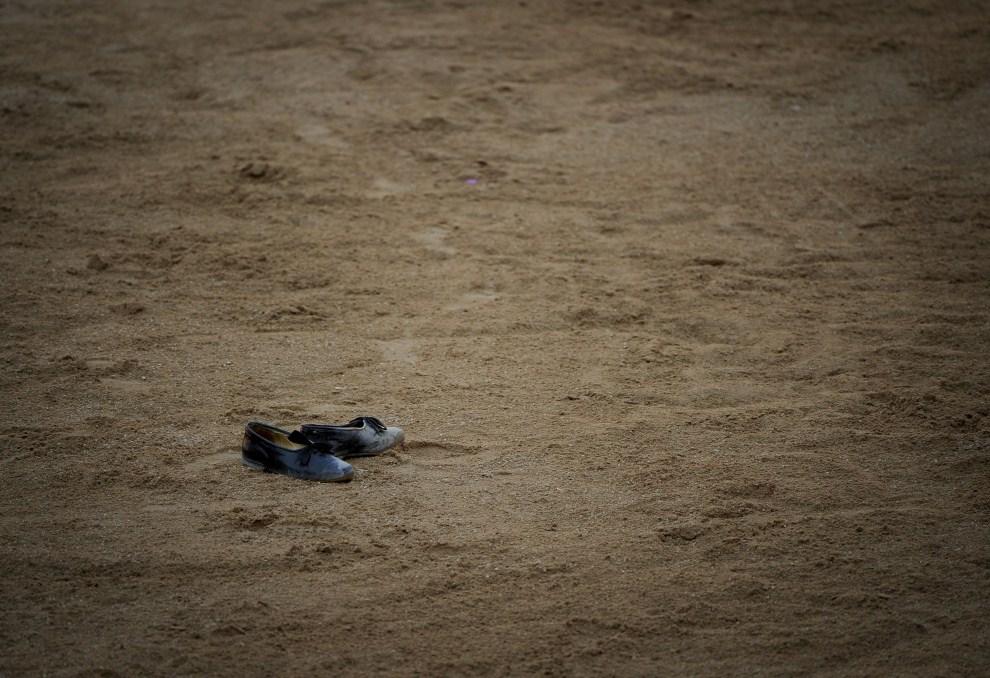 31. HISZPANIA, Pampeluna, 11 lipca 2011: Buty należące do Cesara Jimeneza pozostawione na arenie. AFP PHOTO / PEDRO ARMESTRE