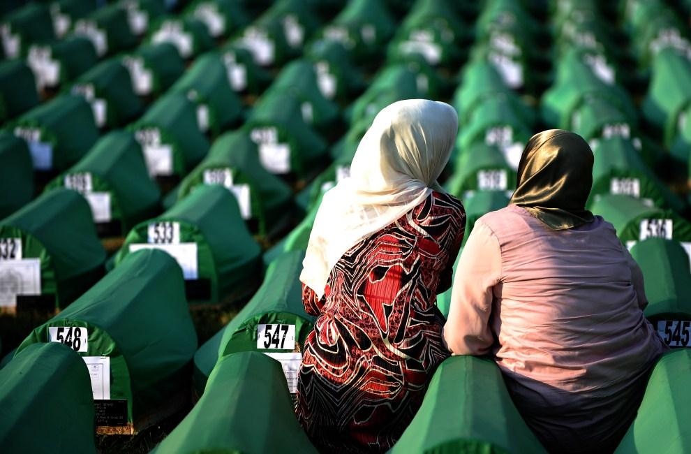 32. BOŚNIA I HERCEGOWINA, Potocari, 10 lipca 2011: Muzułmanki modlą się przy trumnach z ciałami bliskich zamordowanych szesnście lat temu przez bośniackich Serbów. AFP   PHOTO / ANDREJ ISAKOVIC