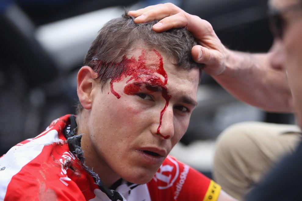 32. FRANCJA, Carhaix, 6 lipca 2011: Janez Brajkovic po upadku podczas piątego etapu. (Foto: Michael Steele/Getty Images)