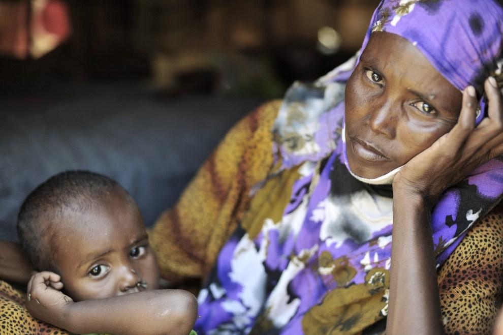 33. SOMALIA, Galkayo, zdjęcie wykonane 31 maja 2011/upublicznione 28 czerwca 2011: Habibo (25 lat), ze swoim najmłodszym dzieckiem mieszkający w pobliżu obozu dla uchodźców   wewnętrznych. AFP PHOTO / UNHCR - R. GANGALE