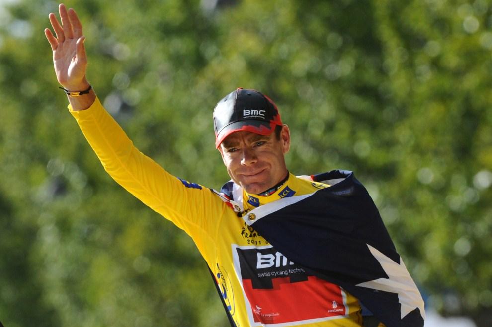38. FRANCJA, Paryż, 24 lipca 2011: Cadel Evans w żółtej koszulce lidera klasyfikacji generalnej. AFP PHOTO / MIGUEL MEDINA