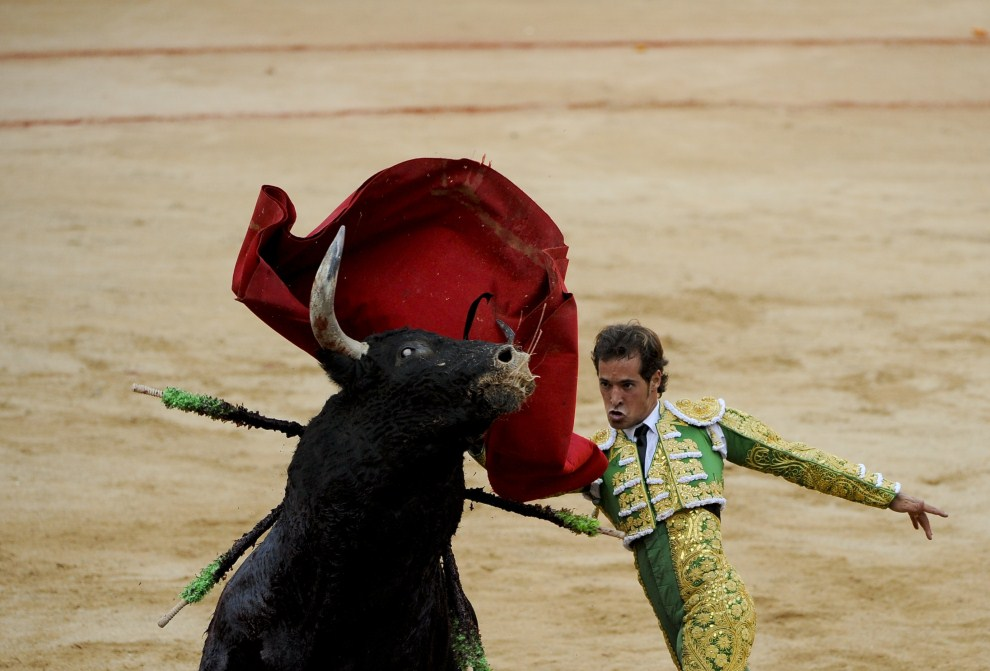 3. HISZPANIA, Pampeluna, 12 lipca 2011: Matador Cesar Jimenez w trakcie corridy z okazji Sanfermines. AFP PHOTO / PEDRO ARMESTRE