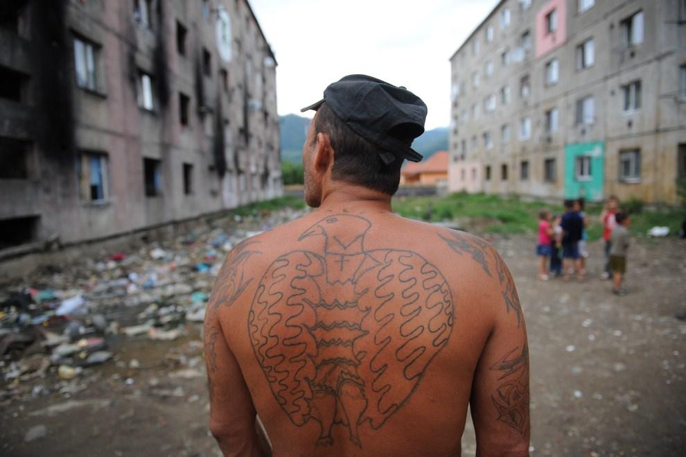 3. RUMUNIA, Baia Mare, 21 lipca 2011: Mężczyzna stoi pomiędzy blokami, które oddzielono murem od pozostałej częśći miasta. AFP PHOTO DANIEL MIHAILESCU