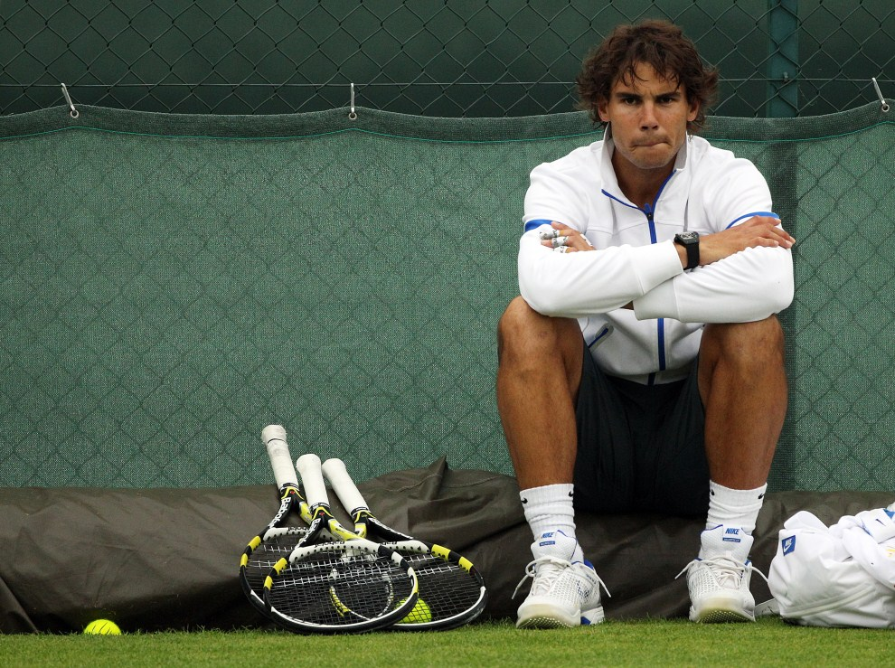 4. WIELKA BRYTANIA, Londyn, 28 czerwca 2011: Rafael Nadal podczas przerwy w treningu. AFP PHOTO / ALASTAIR GRANT/POOL