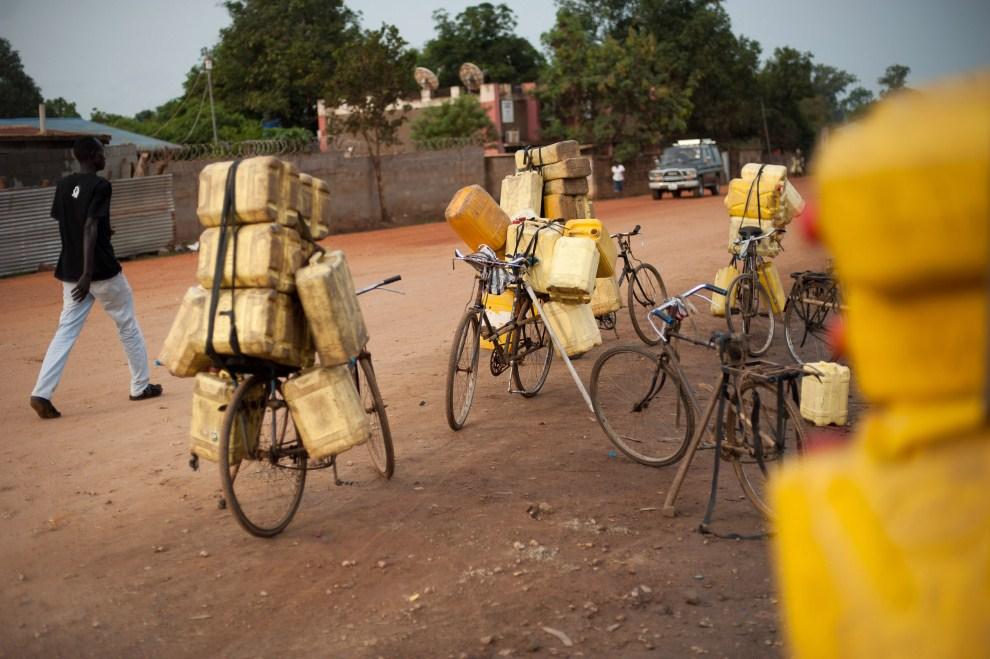 4. SUDAN, Dżuba, 4 lipca 2011: Rowery z pojemnikami na wodę w pobliżu cysterny. AFP PHOTO/PHIL MOORE