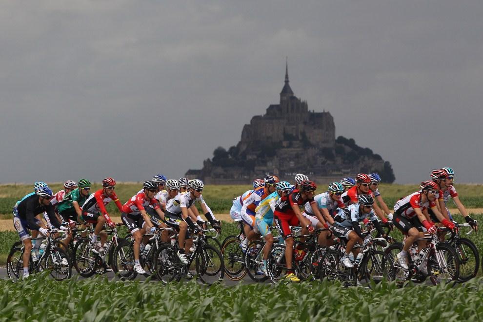 4. FRANCJA, Lisieux, 7 lipca 2011: Peleton mija Le Mont-Saint-Michel  podczas szóstego etapu. (Foto: Michael Steele/Getty Images)