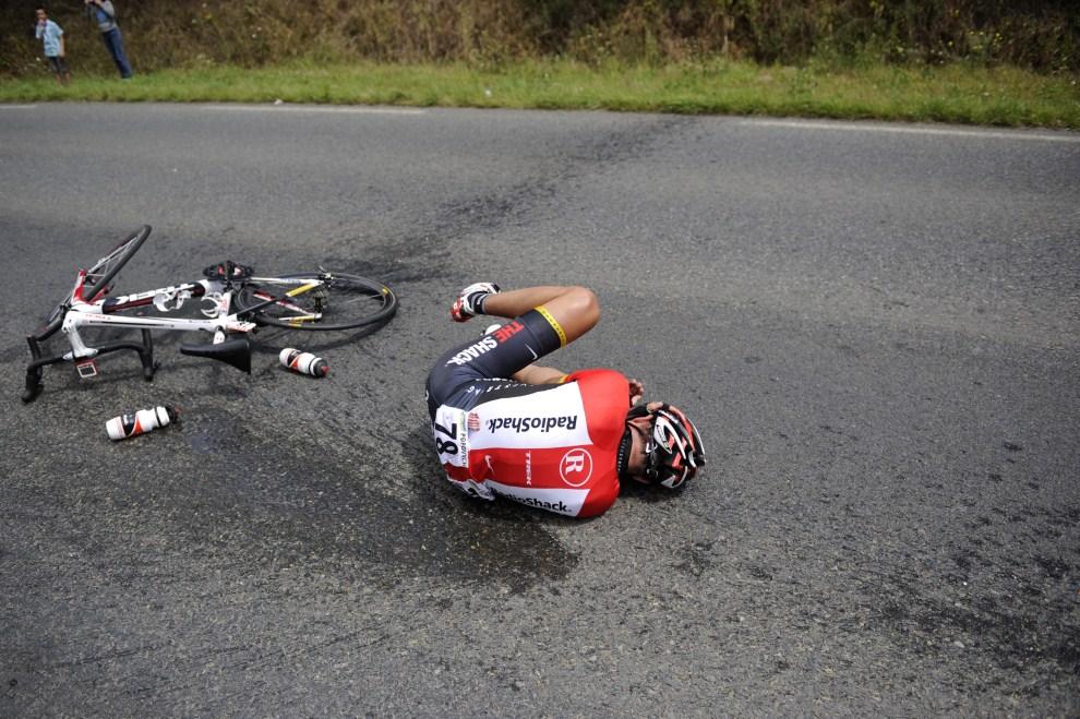 5. FRANCJA, Fréhel, 6 lipca 2011: Ukrainiec Jarosław Popowycz po upadku na piątym etapie Tour de France. AFP PHOTO / LIONEL BONAVENTURE