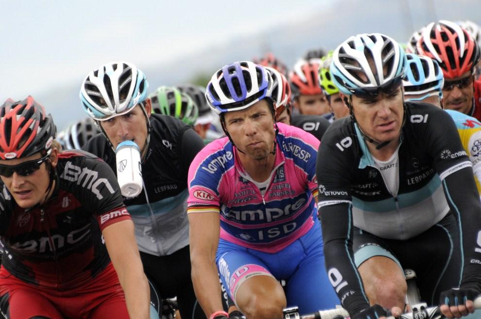 6. FRANCJA, Saint-Flour, 10 lipca 2011: Zawodnicy na trasie dziewiątego etapu. AFP PHOTO / LIONEL BONAVENTURE