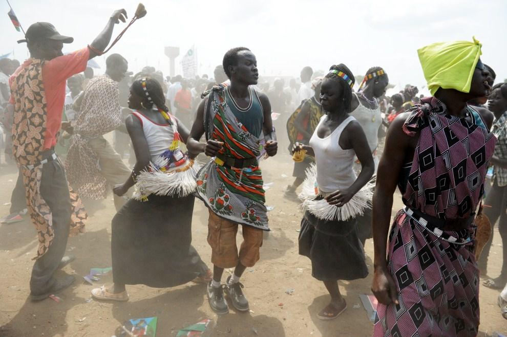 6. SUDAN, Dżuba, 9 lipca 2011: Południowi Sudańczycy świętują ogłoszenie niepodległości. AFP PHOTO/ROBERTO SCHMIDT