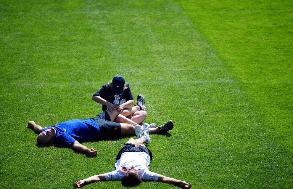 6. FRANCJA, Marcoussis, 5 lipca 2011: Reprezentanci Francji w rugby podczas sesji fizjoterapeutycznej. AFP PHOTO / FRANCK FIFE