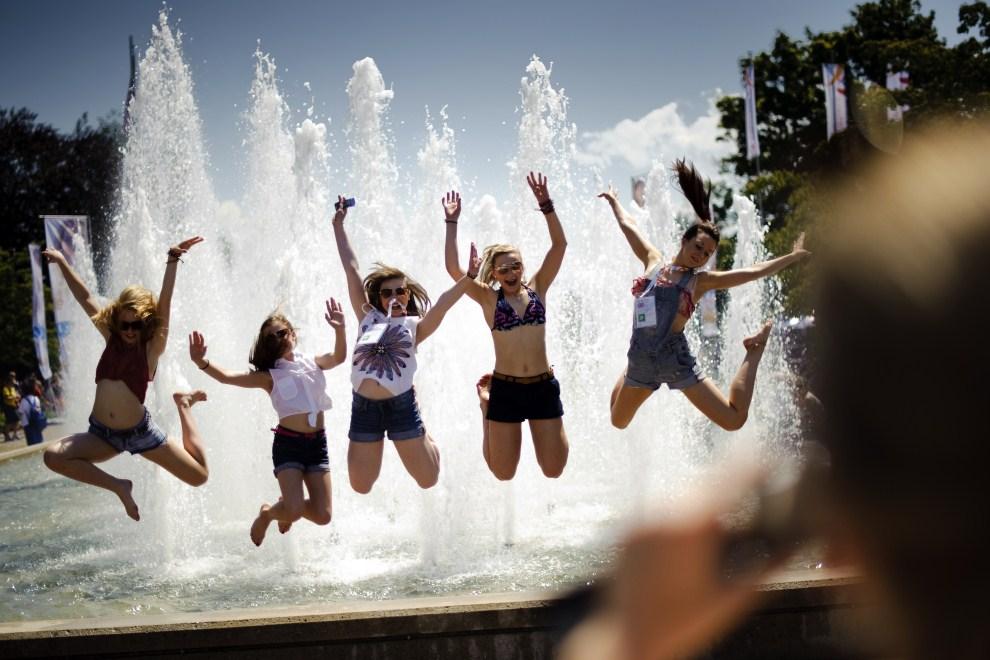 6. SZWAJCARIA, Lozanna, 10 lipca 2011: Szkockie zawodniczki startujące na kolejnej edycji World Gymnaestrada. AFP PHOTO / FABRICE COFFRINI