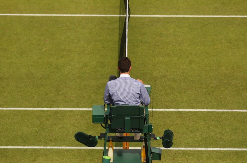 6. WIELKA BRYTANIA, Londyn, 24 czerwca 2011: Sędzia na stanowisku podczas piątego dnia turnieju. (Foto: Oli Scarff/Getty Images)