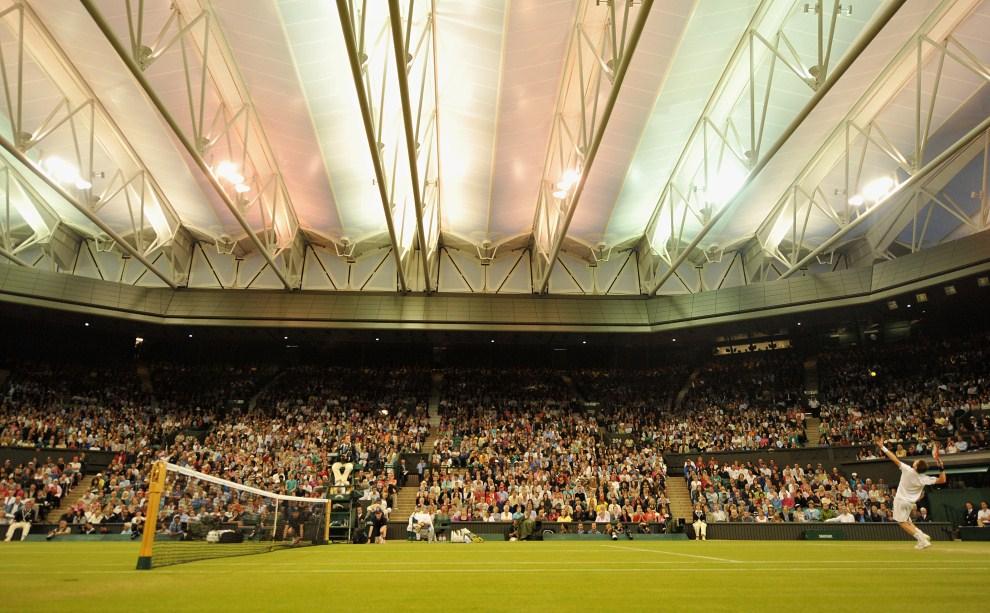 7. WIELKA BRYTANIA, Londyn, 24 czerwca 2011: Andy Murray serwuje piłkę w meczu z Ivanem Ljubicicem. AFP PHOTO/BEN STANSALL