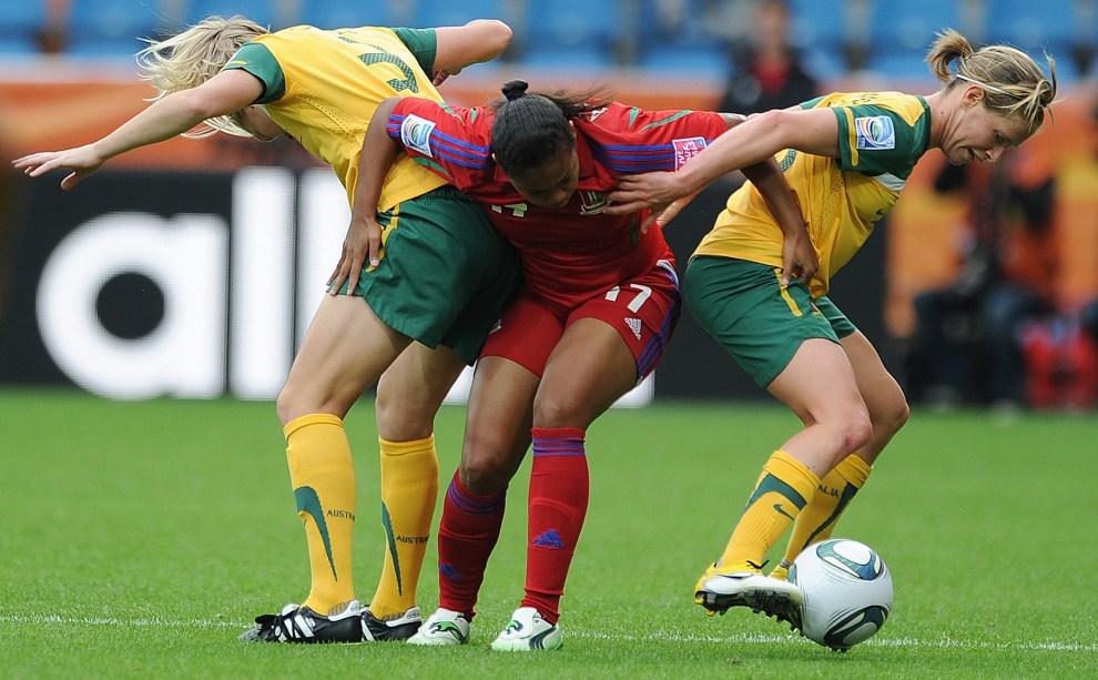 7. NIEMCY, Bochum, 3 lipca 2011: Reprezentantki Australii – Kim Carroll (po lewej) oraz Elise Kellond-Knight (po prawej) – walczą o piłkę z zawodniczką z Gwinei Równikowej.. AFP PHOTO / PATRIK STOLLARZ