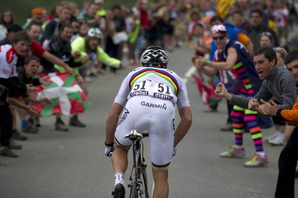 7. FRANCJA, Lourdes, 25 lipca 2011: Thor Hushovd w otoczeniu kibiców na podjeździe podczas trzynastego etapu. AFP PHOTO / LIONEL BONAVENTURE