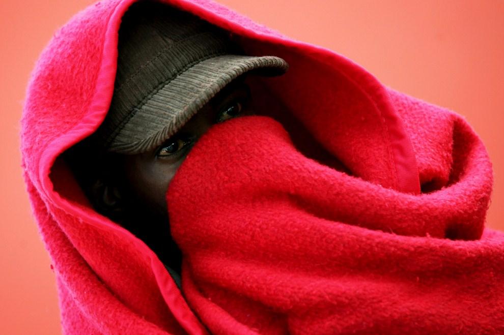 7. HISZPANIA, Motril, 23 lipca 2011: Uciekinier z Afryki czeka na transport do obozu dla uchodźców. AFP PHOTO/ LUCIA RIVAS