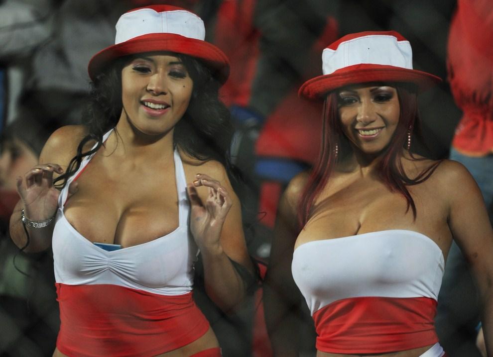 8. ARGENTYNA, San Juan, 4 lipca 2011: Kibicki Peru dopingują swój zespół w trakcie  turnieju Copa America. AFP PHOTO / ALEJANDRO PAGNI