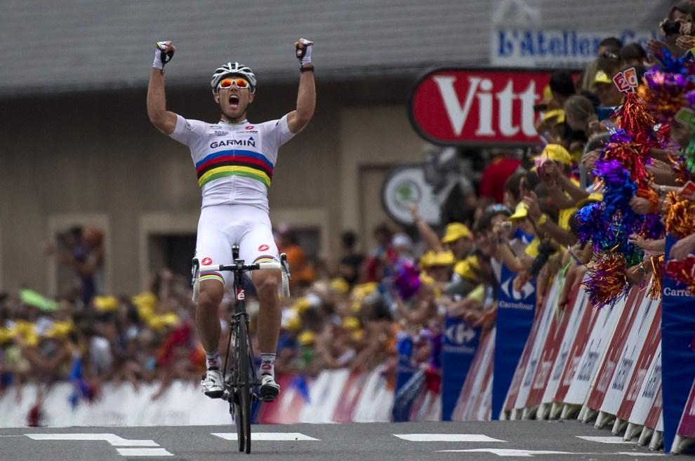 8. FRANCJA, Lourdes, 15 lipca 2011: Thor Hushovd cieszy się ze zwycięstwa w jednym z etapów. AFP PHOTO / LIONEL BONAVENTURE