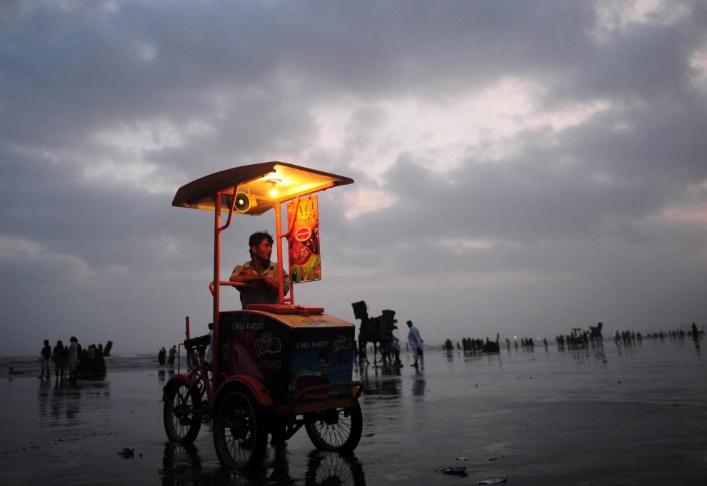 8. PAKISTAN, Karaczi, 21 lipca 2011: Sprzedawca lodów na plaży w Karaczi. AFP PHOTO/ASIF HASAN