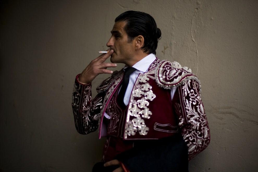 8. HISZPANIA, Barcelona, 17 lipca 2011: Toreador z papierosem przed rozpoczęciem walki z bykiem. (Foto:  David Ramos/Getty Images)