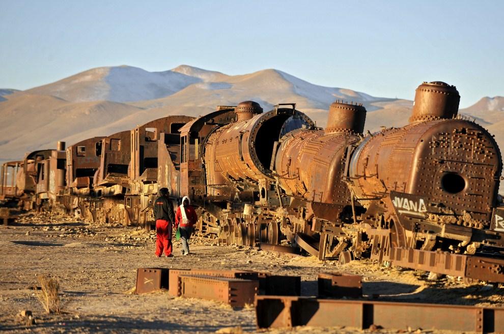 9. BOLIWIA, Uyuni, 20 lipca 2011: Miejsce złomowania starych lokomotyw i wagonów na przedmieściach Uyuni. AFP/PHOTO/Aizar Raldes