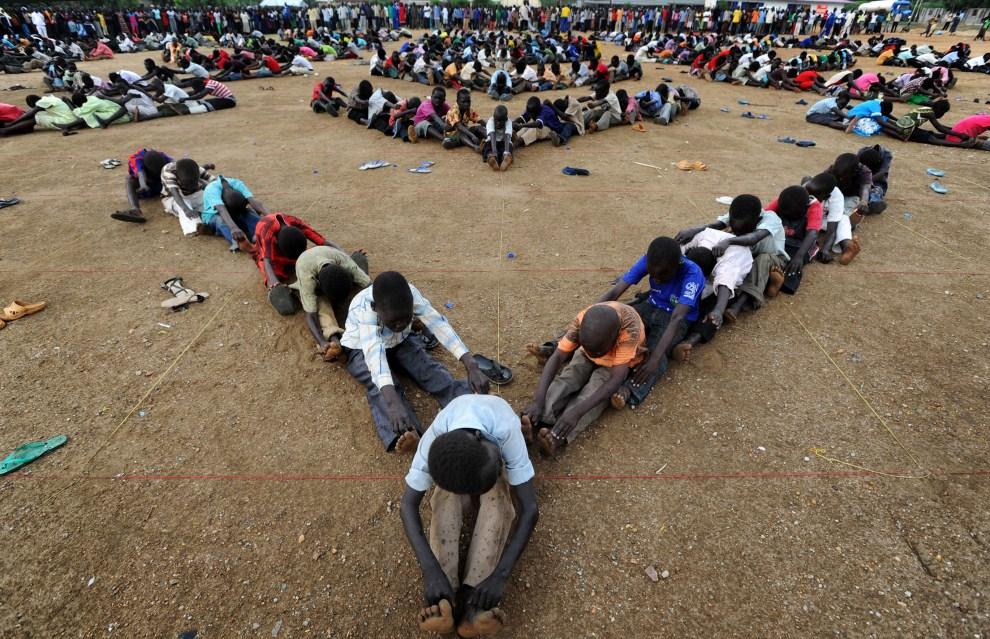 9. SUDAN, Dżuba, 7 lipca 2011: Dzieci ćwiczą występ zaplanowany na przerwę w pierwszym meczu reprezentacji Sudanu Południowego w piłce nożnej. AFP PHOTO/UNMIS/PAUL BANKS