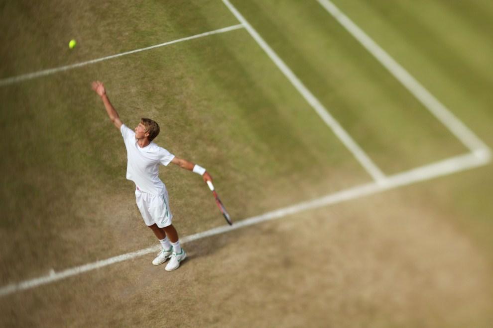 9. WIELKA BRYTANIA, Londyn, 30 czerwca 2011: Liam Broady serwuje piłkę w meczu przeciwko  Robinow Kern. (Foto: Oli Scarff/Getty Images)