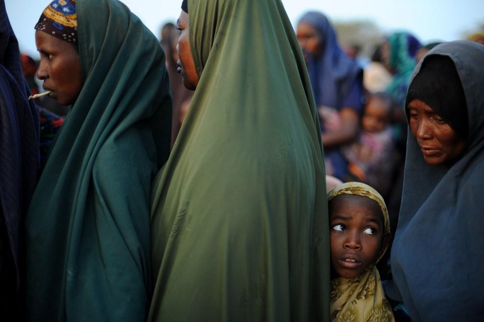 11. KENIA, Dadaab, 5 lipca 2011: Dziewczynka w kolejce kobiet do punktu dystrybucji żywności. AFP PHOTO/Roberto SCHMIDT