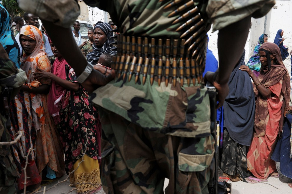 12. SOMALIA, Mogadiszu, 14 sierpnia 2011: Kolejka kobiet po żywność w stolicy Somalii. AFP PHOTO/ROBERTO SCHMIDT