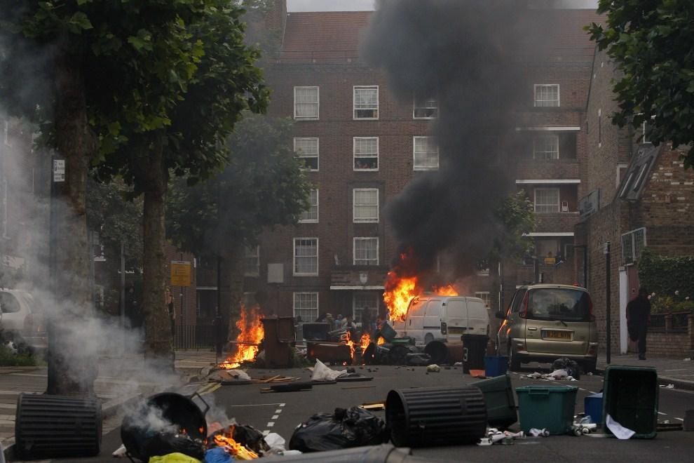 11. WIELKA BRYTANIA, Londyn, 8 sierpnia 2011: Uczestnicy zamieszek podpalają barykadę przy Goulton Road. (Foto: Dan Istitene/Getty Images)