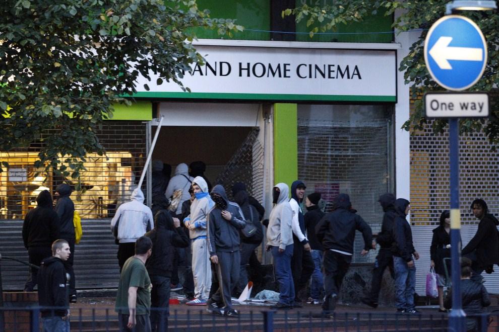 13. WIELKA BRYTANIA, Birmingham, 9 sierpnia 2011: Młodzi ludzie kradną sprzęt elektroniczny ze sklepu w centrum Birmingham. AFP PHOTO/STRINGER