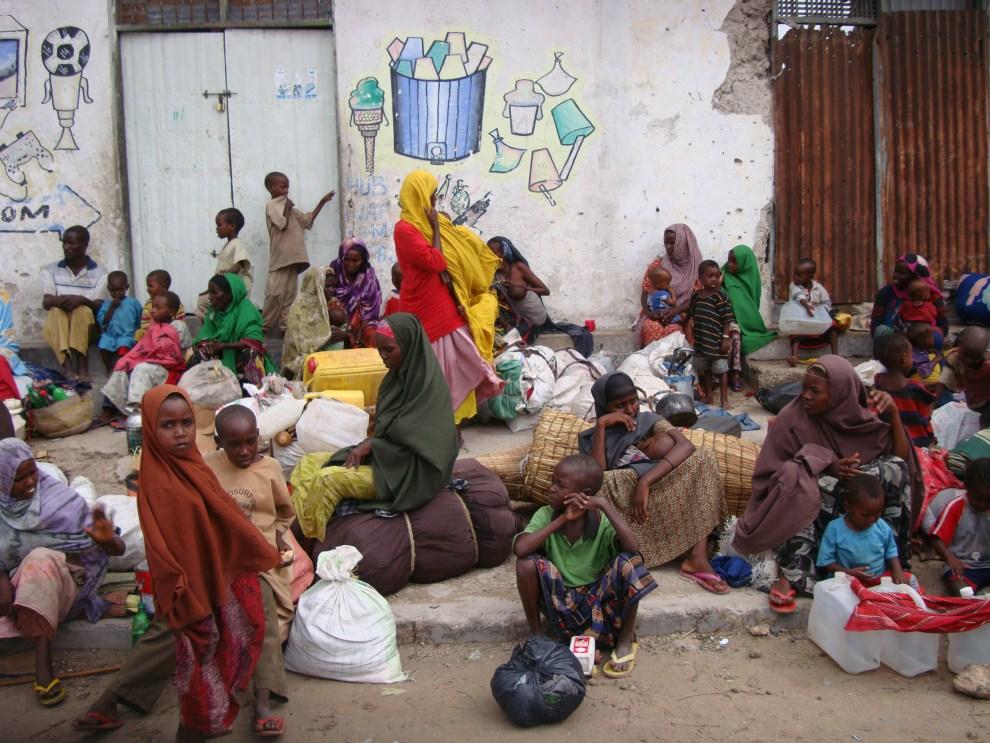 16. SOMALIA, Mogadiszu, 3 sierpnia 2011: Kobiety z dziećmi czekają na pomoc pracowników jednej z agend ONZ. AFP PHOTO/MUSTAFA ABDI