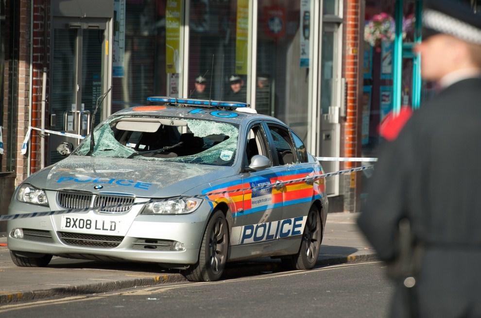 16. WIELKA BRYTANIA, Londyn, 8 sierpnia 2011: Zniszczony radiowóz w jednej z dzielnic na północy Londynu. AFP PHOTO / Ki Price