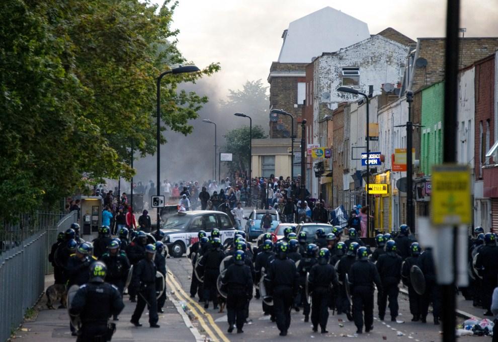 17. WIELKA BRYTANIA, Londyn, 8 sierpnia 2011: Policjanci starają się opanować tłum w dzielnicy Hackney. AFP PHOTO / LEON NEAL