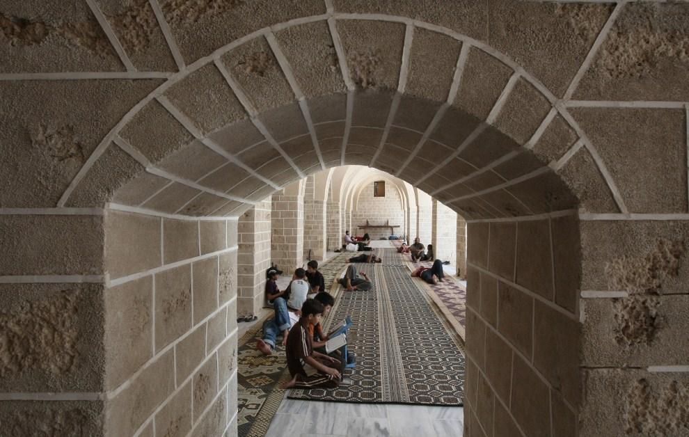 19. PALESTYNA, Gaza, 1 sierpnia 2011: Chłopcy czytający Koran w meczecie al-Omari. AFP PHOTO/MAHMUD HAMS