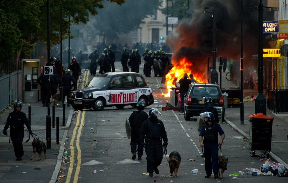 18. WIELKA BRYTANIA, Londyn, 8 sierpnia 2011: Zdemolowana ulica w dzielnicy Hackney. AFP PHOTO/LEON NEAL