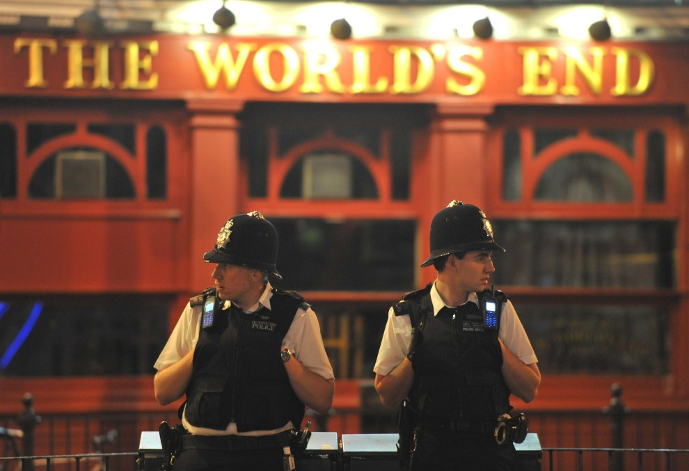 1. WIELKA BRYTANIA, Londyn, 9 sierpnia 2011: Patrol policji na ulicy w północnym Londynie. EPA/DANIEL DEME Dostawca: PAP/EPA.