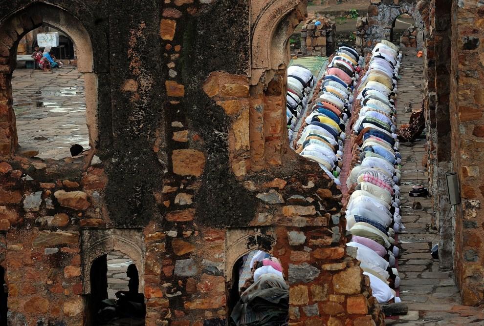 20. INDIE, Nowe Delhi, 5 sierpnia 2011: Piątkowa modlitwa w meczecie Feroz Shah Kotla. AFP PHOTO/Prakash SINGH