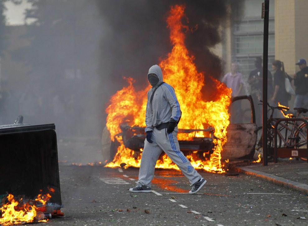 20. WIELKA BRYTANIA, Londyn, 8 sierpnia 2011: Zamaskowany uczestnik zamieszek w Londynie. EPA/KERIM OKTEN Dostawca: PAP/EPA.