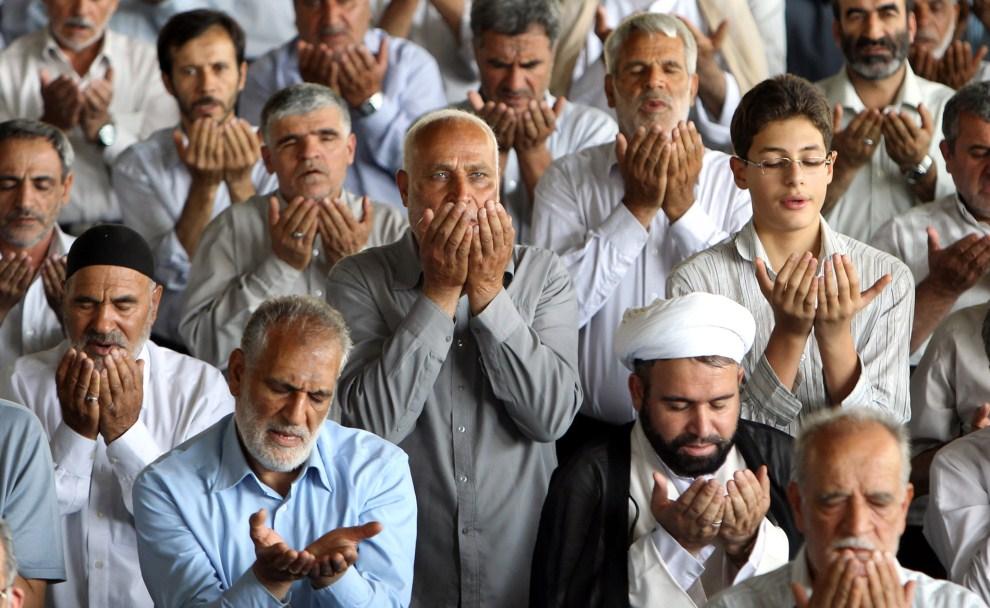 22. IRAN, Tehran, 5 sierpnia 2011: Szyici modlący się na terenie uniwersytetu w Teheranie. AFP PHOTO/ATTA KENARE