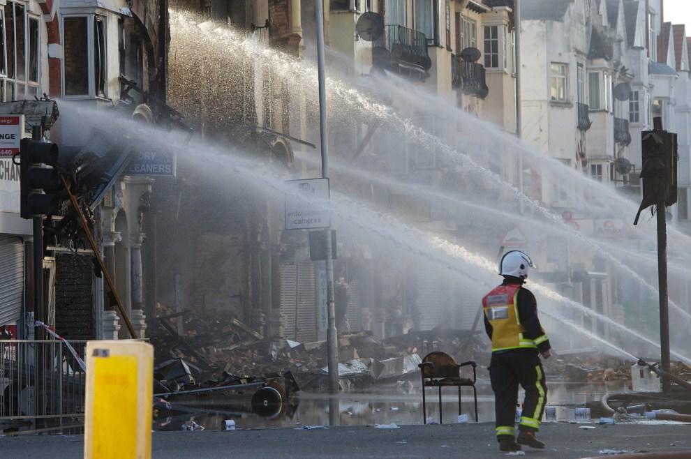 21. WIELKA BRYTANIA, Londyn, 9 sierpnia 2011: Dogaszanie budynków w dzielnicy Croydon. AFP PHOTO / Andrew Cowie