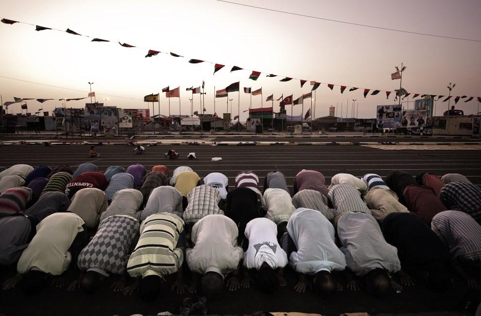 23. LIBIA, Bengazi, 1 sierpnia 2011: Wierni podczas wieczornej modlitwy pierwszego dnia ramadanu. AFP PHOTO/GIANLUIGI GUERCIA
