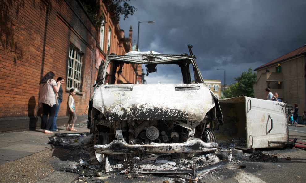22. WIELKA BRYTANIA, Londyn, 7 sierpnia 2011: Spalony radiowóz policyjny na ulicy w jednej z dzielnic Londynu. AFP PHOTO / ANDREW COWIE